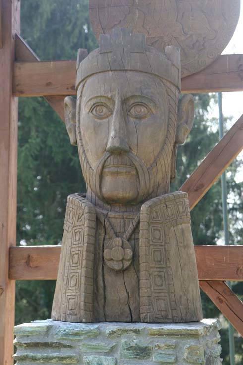 Kun László szobra az őriszentpéteri műemléktemplom kertjében
