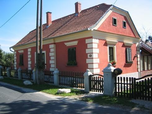 Szép téglaház Bajánsenyén
