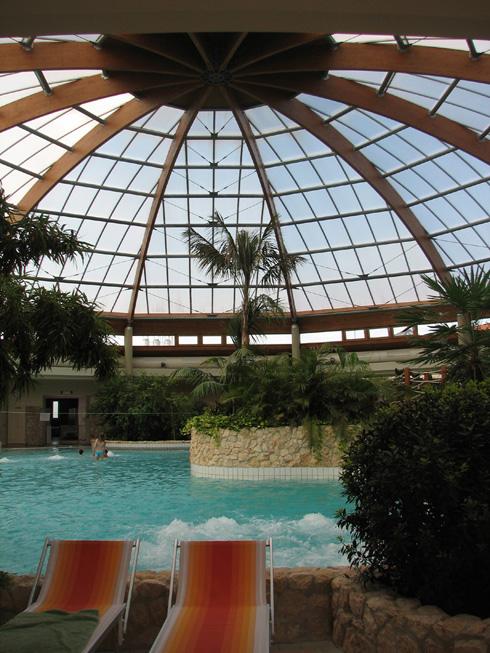 A szentgotthárdi Thermalpark kupolával fedett központi medencéje